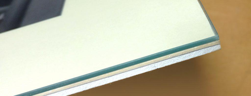 Detail hrany euroclipu s pohľadom na sklo